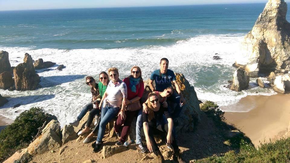 Asa aratau niste oameni fericiti la Cabo da Roca, cel mai vestic punct al Europei continentale.
